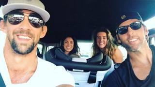 Da sinistra Michael Phelps, la moglie Nicole, l'olimpionica Allyson Schmitt e Gran Hackett. In mezzo il seggiolino di Boomer Phelps. LaPresse