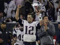 Tom Brady con la maglia rubata e ritrovata dall'FBI. Ap