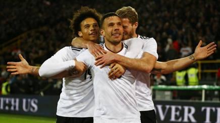 Lukas Podolski esulta per il gol.