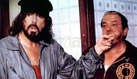 L'attore Tomas Milian, a sinistra, con Bombolo in una scena del film Delitto sull'autostrada