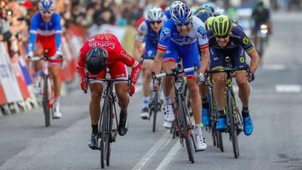 Così a Igualada, quarta tappa del Catalogna, il francese Nacer Bouhanni, in rosso, s'è preso la rivincita su Davide Cimolai  (Bettini)