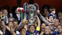 Javier Zanetti alza la Champions vinta nel 2010. REUTERS