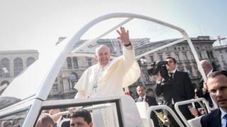 Sorrisi, doni e bagni chimici: il Papa a Milano