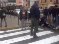 Un ferito a terra dopo gli scontri tra ultrà del Cagliari e le forze dell'ordine