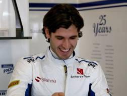 Antonio Giovinazzi sorride ai box della  Sauber