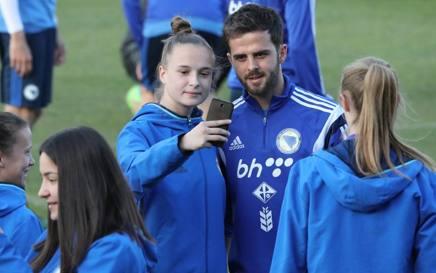 Mire Pjanic concede a una tifosa bosniaca il selfie. LaPresse