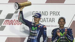 Maverick Vinales esulta sil podio dopo la vittoria in Qatar. Afp