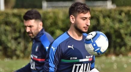 Gigio Donnarumma e Gigi Buffon nel ritiro della Nazionale.Ansa