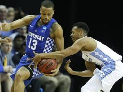 Da destra, Nate Britt (North Carolina) contro Isaiah Briscoe (Kentucky). LaPresse
