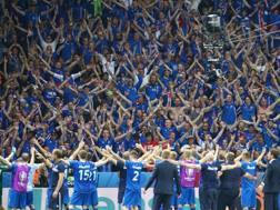 Tifosi e giocatori islandesi festeggiano dopo la vittoria con l'Inghilterra. Getty