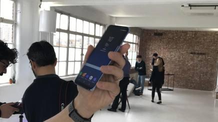 I nuovi Samsung S8 e S8+ a confronto, fotografati nella preview londinese per la stampa internazionale: costeranno rispettivamente 829 e 929 euro