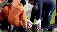 Marko Pjaca a terra disperato dopo la rottura del crociato. Reuters