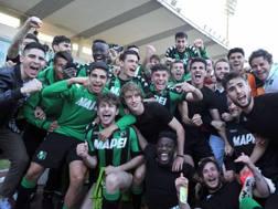I ragazzi del Sassuolo dopo il trionfo a Viareggio. LaPresse