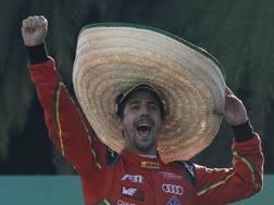 Luca Di Grassi esulta col sombrero in Messico. Ap