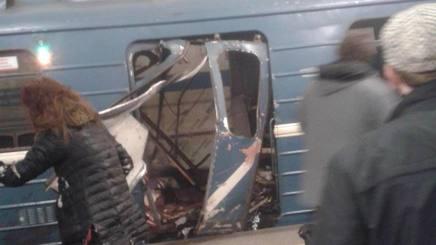 Un vagone sventrato a San Pietroburgo.-Ansa