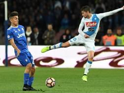 Jorginho e Dybala, durante Napoli-Juve.