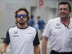 Fernando Alonso con il racing directo Eric Boullier. Epa