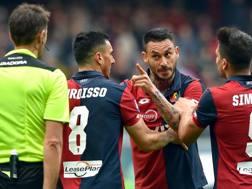 Mauricio Pinilla contro l'arbitro Claudio Gavillucci. Ansa