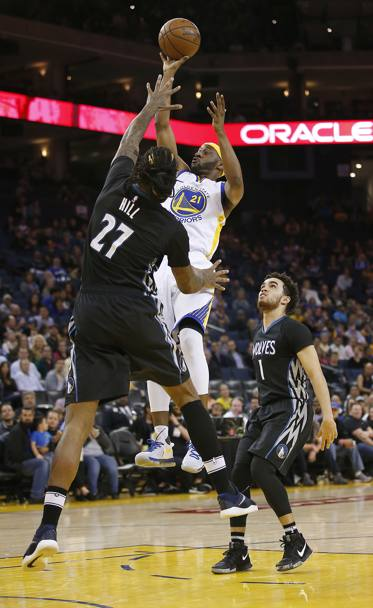 Golden State Warriors-Minnesota Timberwolves. A sinistra Ian Clark dei Golden State Warriors e a destra Jordan Hill. Oakland, California. (Ap)