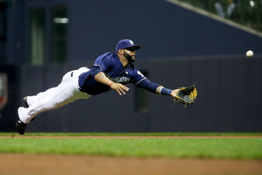 Colorado Rockies-Milwaukee Brewers. Il volo di Jonathan Villar dei Milwaukee Brewers pre prendere la palla. Milwaukee, Wisconsin. (Afp)