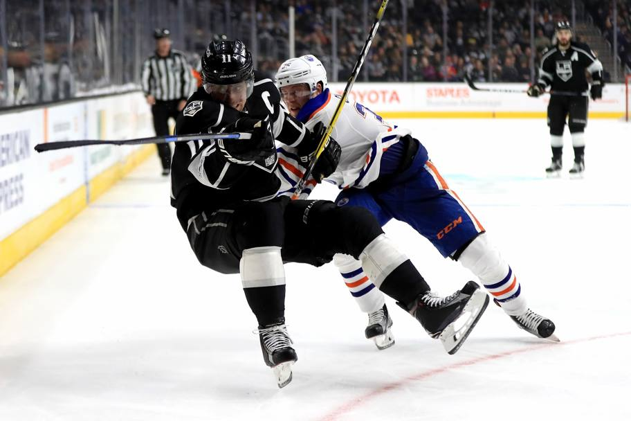 Edmonton Oilers-Los Angeles Kings. Lotta tra Anze Kopitar a sinistra dei Los Angeles Kings e Drake Caggiula. Los Angeles, California. (Afp)