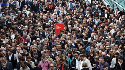 Folla al Salone del Mobile. Ansa