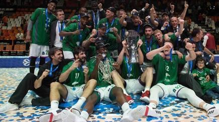 I giocatori del Malaga con la coppa