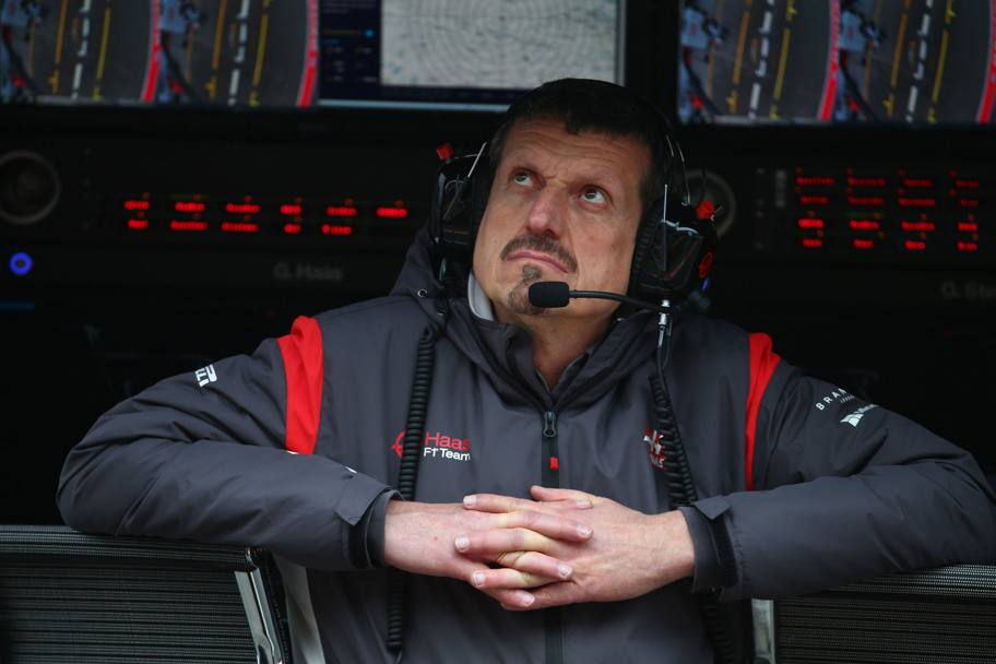 Guenther Steiner (Haas) scruta il cielo . Lapresse