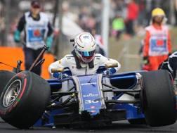 Antonio Giovinazzi esce dalla sua Sauber dopo l'incidente. Epa