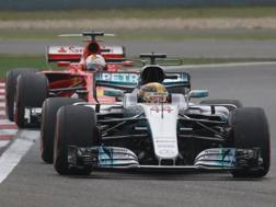 Lewis Hamilton braccato dalla Ferrari di Vettel. Epa