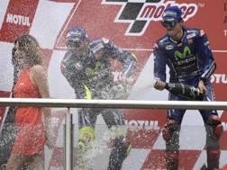 Maverick Viñales, 25 anni, festeggia sul podio con Rossi. Afp