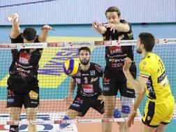 Un muro vincente della coppia Kovar-Candellaro che ferma Vettori: Civitanova vince 3-2 SPALVIERI/LUBEVOLLEY
