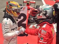 La bella stretta di mano tra Hamilton e Vettel dopo il GP di Cina