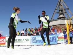 Alessia Orro e Paola Egonu in campo sulla neve a Plan De Corones MASPERI