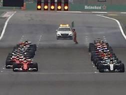 La Ferrari di Vettel (a sin) non perfettamente allineata al via del GP della Cina