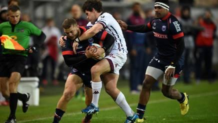Loik Jammes, con la palla, tenta di sfuggire al placcaggio di un giocatore del Bordeaux. Afp