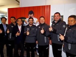 Fernando Alonso con i vertici della McLaren Honda