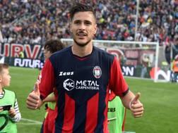 Diego Falcinelli, attaccante del Crotone, festeggia la doppietta sull'Inter. LaPresse