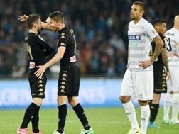 L'abbraccio tra Jorginho e Mertens dopo il gol dell'1-0. Getty Images