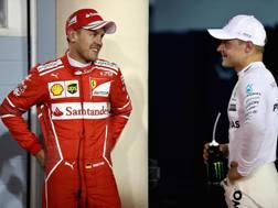 Vettel (a sin) dopo le qualifiche con l'autore della pole, Valtteri Bottas. Getty