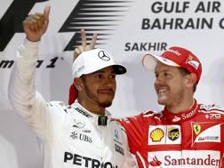 Lewis Hamilton sul podio con Vettel. Getty