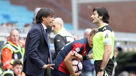 Simone Inzaghi discute con l'arbitro Fabio Maresca. LaPresse