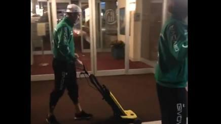 Matteo Ardemagni spazza l'ingresso dell'hotel