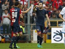Danilo Cataldi, a sinistra, festeggia Pandev dopo il gol alla Lazio. Afp