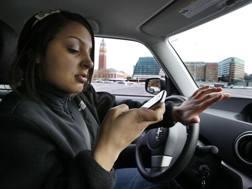 Presto un giro di vite per l'incivile abitudine di usare il cellulare al volante. Ap