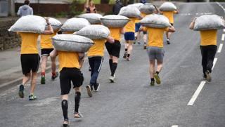 A Gawthorpe, la corsa coi sacchi... di carbone