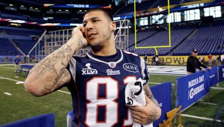 Aaron Hernandex mentre parla al telefono al Super Bowl di Indianapolis del 2012. Reuters