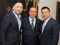 Da sinistra, David Han Li, 34 anni, Silvio Berlusconi, 80, e Yonghong Li, 47. Ansa