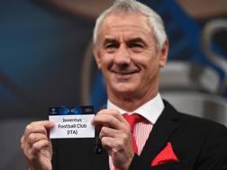 Il sorriso (e la camicia) di Ian Rush dopo aver sorteggiato la Juve. Afp