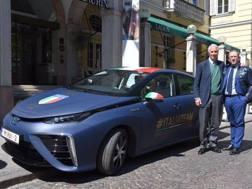 La Toyota Mirai con il presidente del Coni, Giovanni Malagò
